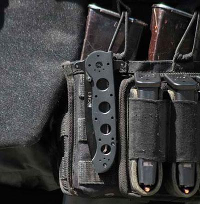 Нож-клиппер закреплённый на набедренной платформе.